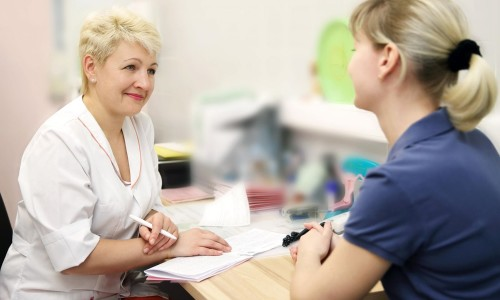 Регулярное посещение гинеколога для проверки мазка